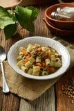 Pasta con le lenticchie e le carote fotografia stock libera da diritti