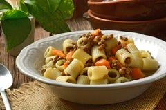 Pasta con le lenticchie e le carote immagine stock libera da diritti