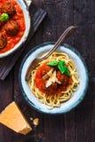 Pasta con le polpette e salsa al pomodoro e formaggio, vista superiore, stile rustico fotografia stock
