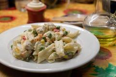 Pasta con le verdure con salsa cremosa Immagini Stock