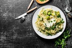 Pasta con le verdure su un piatto e sulle spezie con prezzemolo fotografia stock libera da diritti