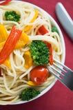 Pasta con le verdure variopinte Immagini Stock