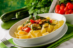 Pasta con lo zucchini ed i gamberi 2 Fotografia Stock Libera da Diritti