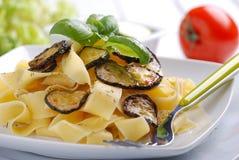 Pasta con lo zucchini fritto Fotografie Stock