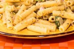 Pasta con lo zuchini ed il bacon Fotografie Stock Libere da Diritti