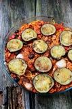 Pasta con melanzana ed olive in salsa al pomodoro Immagini Stock