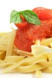 Pasta con salsa e un foglio del basilico Fotografia Stock Libera da Diritti
