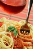 Pasta con salsa e un foglio del basilico Immagine Stock