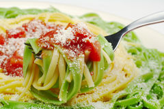 Pasta con Tomatosauce e di parmigiano fotografia stock