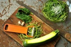 Pasta cruda con il pesto degli spinaci e dello zucchini con aglio Fotografia Stock