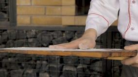 Pasta cruda de la pizza en el tablero de madera almacen de video