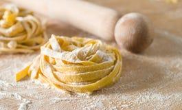 Pasta cruda dell'uovo con farina ed il matterello Fotografie Stock