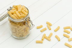 Pasta cruda di tortiglioni su un barattolo di vetro Fotografie Stock Libere da Diritti
