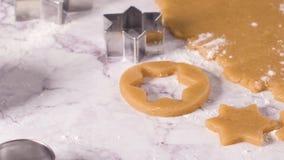Pasta cruda para las galletas de la Navidad almacen de video