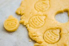 Pasta cruda para las galletas de la Navidad para los niños, haciendo el pan de jengibre en la forma de primer de la bola Invitaci imágenes de archivo libres de regalías