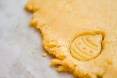 Pasta cruda per i biscotti di natale per i bambini, producenti pan di zenzero nella forma di primo piano della palla Ossequio del fotografia stock