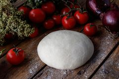 Pasta cruda per pizza con il fondo di legno degli ingredienti Immagine Stock