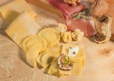 Pasta cruda y tortellini y raviolis hechos en casa italianos, abierto y cerrado, llenados de queso del ricotta, de setas y de hie Fotos de archivo libres de regalías