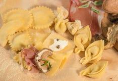 Pasta cruda y tortellini y raviolis hechos en casa italianos, llenados de queso del ricotta, setas, crudo del prosciutto Foto de archivo libre de regalías