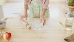 Pasta d'impastamento del panettiere con il matterello sulla tavola video d archivio