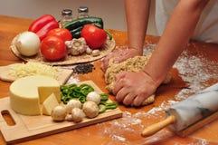Pasta d'impastamento della pizza Fotografie Stock