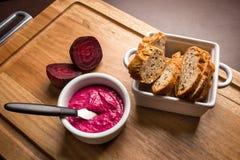 Pasta da beterraba servida com pão Fotos de Stock