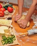 Pasta de amasamiento de la pizza Imagenes de archivo