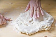 Pasta de amasamiento de la pizza de la mujer Foto de archivo libre de regalías