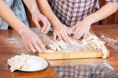 Pasta de amasamiento de los pares y el cocinar junto Fotografía de archivo