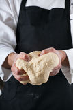 Pasta de amasamiento del cocinero Imagen de archivo libre de regalías