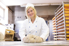 Pasta de amasamiento del panadero en panadería imagen de archivo libre de regalías