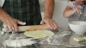 Pasta de desarrollo del hombre en la tabla de cocina Él es cocinero In This Kitchen almacen de video