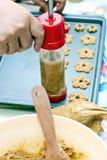 Pasta de dispensación de la galleta del cocinero Fotografía de archivo
