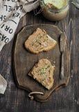Pasta de fígado caseiro fresca da galinha no brinde com pão caseiro dos vegetais Imagens de Stock Royalty Free