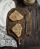Pasta de fígado caseiro fresca da galinha no brinde com pão caseiro dos vegetais Fotografia de Stock Royalty Free