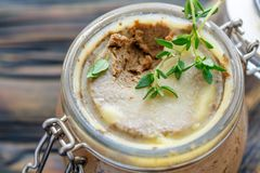 Pasta de fígado da carne com tomilho fresco Imagens de Stock Royalty Free