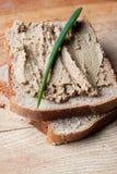 Pasta de fígado no pão cortado Fotografia de Stock