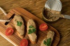Pasta de fígado no pão na bandeja de madeira Imagens de Stock