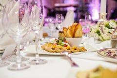 Pasta de Foie Gras com biscoitos e bagas Banquete em um restaurante luxuoso foto de stock royalty free