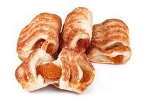 Pasta de hojaldre con el atasco de la manzana y del albaricoque aislado en el fondo blanco foto de archivo