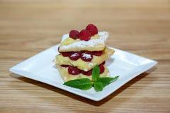Pasta de hojaldre con las hojas de menta y las frambuesas, visión superior fotografía de archivo libre de regalías