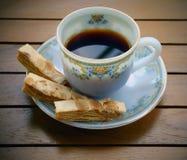 Pasta de hojaldre de la almendra con café Imagen de archivo libre de regalías