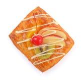 Pasta de hojaldre deliciosa con crema y frutas Imágenes de archivo libres de regalías