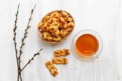Pasta de hojaldre hecha en casa Galletas de la trenza y taza de té Visión superior fotos de archivo