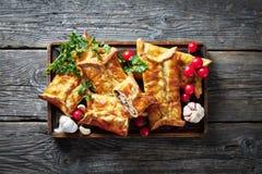 Pasta de hojaldre de relleno sabrosa del pollo y de la nuez foto de archivo