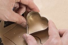 Pasta de la galleta en la forma de corazones fotos de archivo libres de regalías