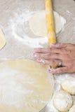 Pasta de la pizza de Preparing del cocinero Fotografía de archivo libre de regalías