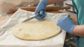 Pasta de la pizza que miente en el papel en la bandeja para cocer en horno en cierre italiano del café para arriba almacen de metraje de vídeo