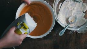 Pasta de mezcla con el mezclador eléctrico El cocinar en el país metrajes