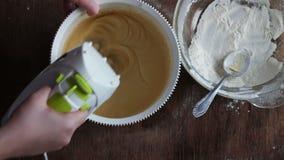Pasta de mezcla con el mezclador eléctrico El cocinar en el país almacen de metraje de vídeo